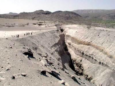 تصدعات أرضية خطرة في وادي الدواسر.. مرفق صور 11684_11257454097